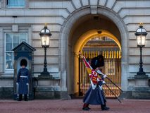 Der Queens-Schutz am Buckingham Palace Großbritannien lizenzfreie stockbilder