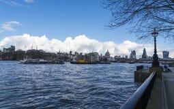 Der Queens-Weg bei Southbank von der Themse London Lizenzfreie Stockfotografie