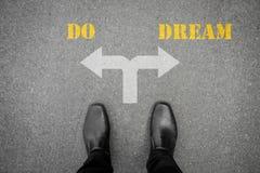 An der Querstraße zu machen die Entscheidung, - tun Sie oder träumen Sie Lizenzfreies Stockfoto