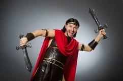 Der römische Krieger mit Klinge gegen Hintergrund Lizenzfreies Stockfoto