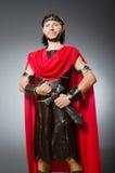 Der römische Krieger mit Klinge gegen Hintergrund Stockfoto
