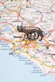 Der römische Siewolf auf einer Italien-Karte Stockbild