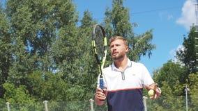 Der Rückkehrer, der Ball auf Tennisplatz, dadurch glückliche Sportlerbrüche schlägt, dienen von seinem Gegner stock footage