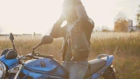 Der Radfahrer auf dem motocycle tragenden Sturzhelm und den Handschuhen 4K stock video footage