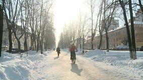 Der Radfahrer im Winter in der Gasse stock video
