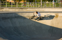 Der Radfahrer tut den Trick. Lizenzfreie Stockfotos
