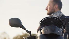 Der Radfahrer zieht Sturzhelm aus und setzte ihn auf ein motocycle 4K stock video footage