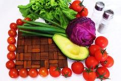 Der Rahmen der Kirschtomaten und des grünen Gemüses Stockfotografie
