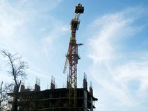 Der Rahmen des Gebäudes im Bau und des Kranes Stockbild