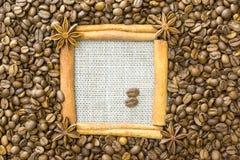 Der Rahmen wird vom Zimt, Sternanis, um den Kornröstkaffee auf einem Hintergrund des Leinens gemacht Ein Platz für Ihr inscripti stockfotografie