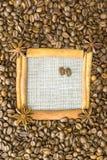 Der Rahmen wird vom Zimt, Sternanis, um den Kornröstkaffee auf einem Hintergrund des Leinens gemacht Ein Platz für Ihr inscripti lizenzfreie stockfotografie