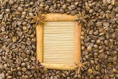 Der Rahmen wird vom Zimt, Sternanis, um den Kornröstkaffee auf einer Bambusmatte gemacht Ein Platz für Ihre Aufschriften Stockfotografie