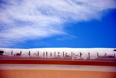 Der Rand, der Schnee und der Himmel Stockfotografie