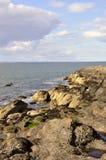 der Rand des felsigen Strandes Stockbild