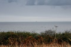 Der Rand des Landes im Norden von französischer Bretagne ist Pointe du Grouin an einem regnerischen Herbsttag stockfotos