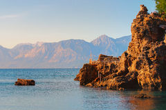 Der Rand einer Klippe über dem Mittelmeer Stockfotografie