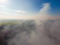 Der Rauch über dem Dorf Clubs des Rauches über dem Dorf bringt und Felder unter Aerophotographing-Bereiche Lizenzfreie Stockfotografie