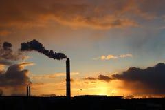Der Rauch bei Sonnenuntergang stockbild