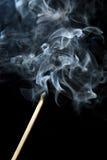 Der Rauch, der von heraus gebrannt steigt, gleicht Steuerknüppel ab stockfotografie