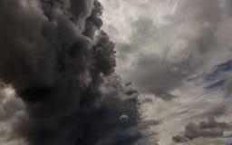 Der Rauch eines Feuers, das den Himmel eindringt stockfoto