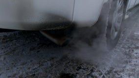 Der Rauch und die Abgase, die vom Auspuffrohr eines Autos kommen stock video