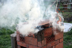 Der Rauch vom Grill Lizenzfreie Stockfotos