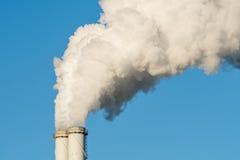 Der rauchende Kamin einer Fabrik Stockfoto