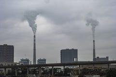Der rauchende Kamin in der Fabrik stockbild
