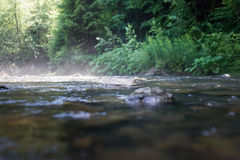 Der raue Fluss mit Steinen, die Ansicht von unten Stockfotos