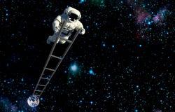 Der Raumfahrer auf der Leiter, die auf Mond reist stockfotografie