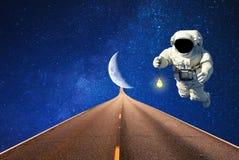 Der Raumfahrer im Kosmos mit dem Beleuchten des Auftrags Raumfahrt lizenzfreie stockfotografie