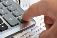 Der Rechner und eine Hand des Mannes Lizenzfreies Stockfoto