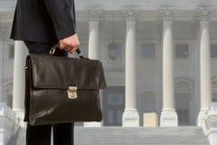 Der Rechtsanwalt mit einem Aktenkoffer stockfotos