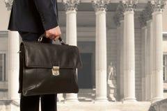 Der Rechtsanwalt mit einem Aktenkoffer stockbild