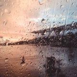 Der Regen über dem Fenster stockbild