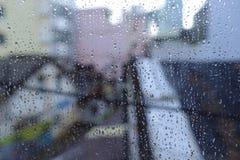 Der Regen auf einem Fenster stockfotografie