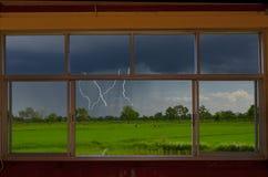 Der Regen und der gefährliche Blitz von der Fensteransicht Lizenzfreie Stockbilder