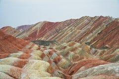 Der Regenbogen färbte Berge in Danxia, China stockbild