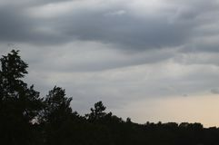 Der regnerische Himmel während eines susnet Lizenzfreie Stockfotos