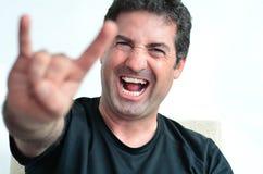 Der reife Mann, der die Teufeldornen zeigt, gestikulieren Zeichen Stockfotos