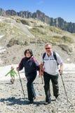 Der reife Paarweg in den Alpen lizenzfreie stockfotos