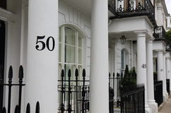 Der Reihe nach nummerierte Häuser Stockfotografie