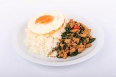 Der Reis, der mit angebratenem Huhn, Basilikum und Spiegelei überstiegen wurde, briet Aufruhrbasilikum mit gehacktem Huhn auf wei Lizenzfreies Stockfoto