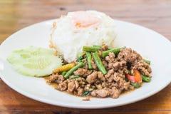 Der Reis, der mit Aufruhr überstiegen wurde, briet gehacktes Schweinefleisch und Basilikum Stockbild