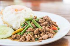 Der Reis, der mit Aufruhr überstiegen wurde, briet gehacktes Schweinefleisch und Basilikum Stockfotos