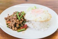Der Reis, der mit Aufruhr überstiegen wurde, briet gehacktes Schweinefleisch und Basilikum Lizenzfreie Stockbilder