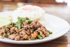 Der Reis, der mit Aufruhr überstiegen wurde, briet gehacktes Schweinefleisch und Basilikum Stockbilder