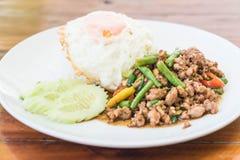 Der Reis, der mit Aufruhr überstiegen wurde, briet gehacktes Schweinefleisch und Basilikum Lizenzfreies Stockbild