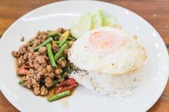 Der Reis, der mit Aufruhr überstiegen wurde, briet gehacktes Schweinefleisch und Basilikum Lizenzfreies Stockfoto