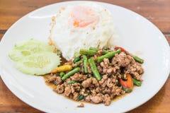 Der Reis, der mit Aufruhr überstiegen wurde, briet gehacktes Schweinefleisch und Basilikum Lizenzfreie Stockfotos